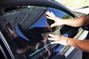Insulfilm no carro realmente é proibido? Descubra o limite permitido