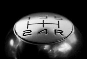 """Dirigir o carro na """"banguela"""" economiza combustível: mito ou verdade?"""