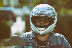 motociclista-com-capacete