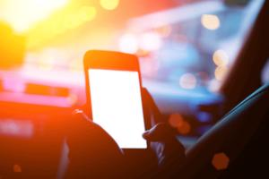 Motorista pode levar multa por conta do suporte de celular no carro?